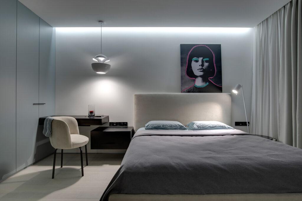 Phòng ngủ đơn giản với bức tranh độc đáo làm điểm nhấn ấn tượng.