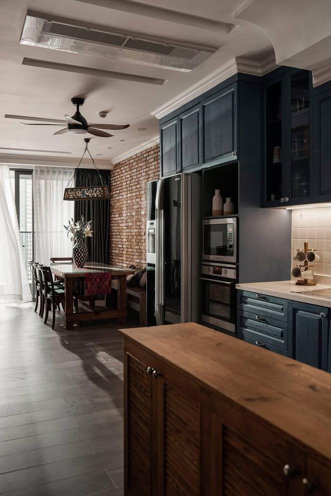 Màu sơn xanh kiểu cổ điển kết hợp với sàn gỗ giúp cho căn hộ chung cư tăng thêm vẻ cổ điển và sang trọng