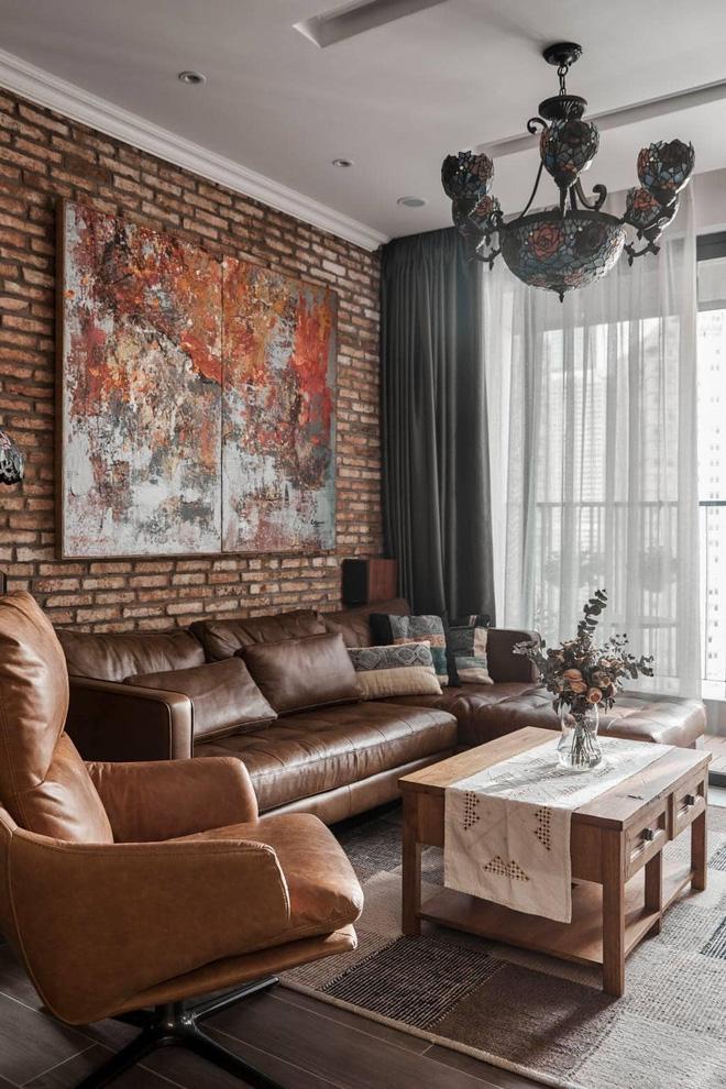 Phòng khách của căn hộ chung cư sử dụng tone màu nâu đất mang lại vẻ cổ điển