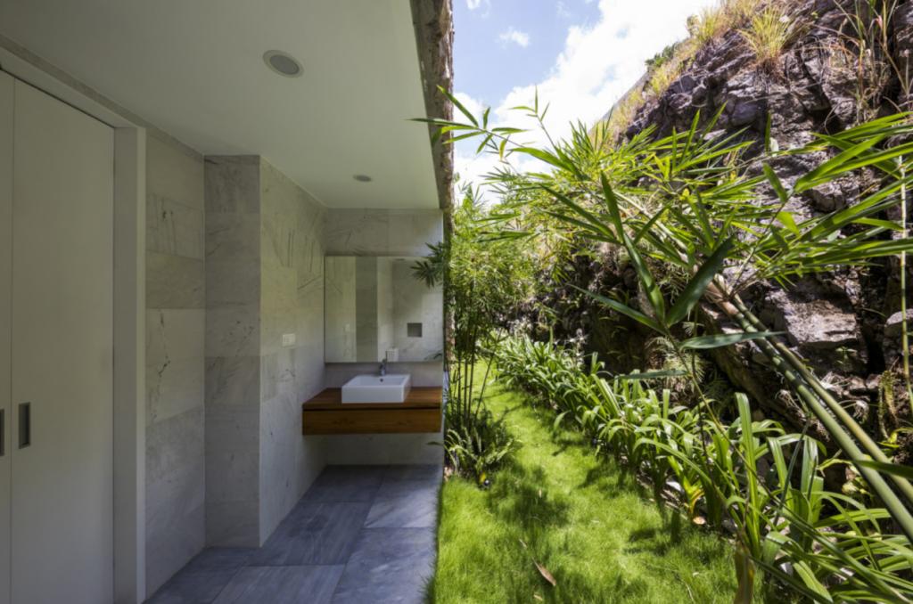 Khu vực vườn và cây cỏ được trồng xung quanh tạo ra một không gian mát mẻ xung quanh căn hộ gỗ tại Nha Trang