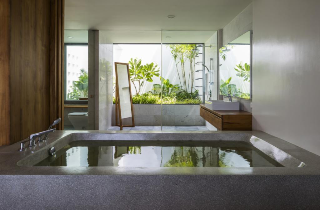 Với thiết kế bồn tắm lộ thiên hướng tầm nhìn ra khu vườn phía sau giúp cho du khách có thêm không gian để thư giãn