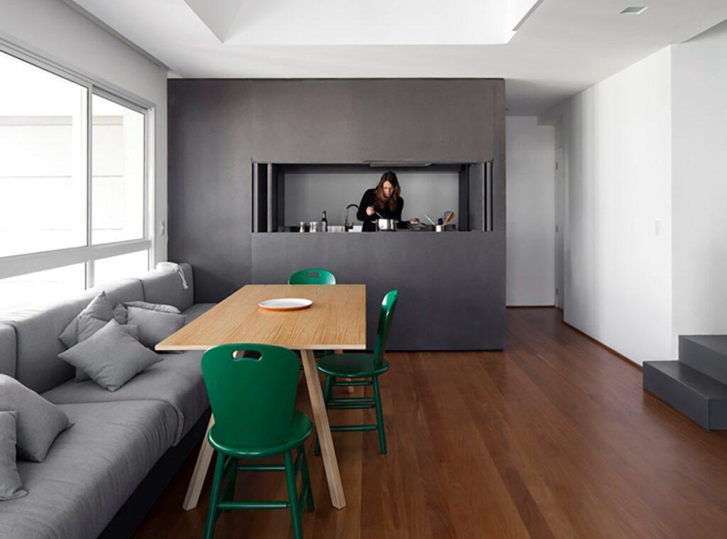 Bạn có thể loại bỏ các bức tường thô cứng và thay vào đó là các tone màu phù hợp để phân chia không gian làm việc của căn hộ