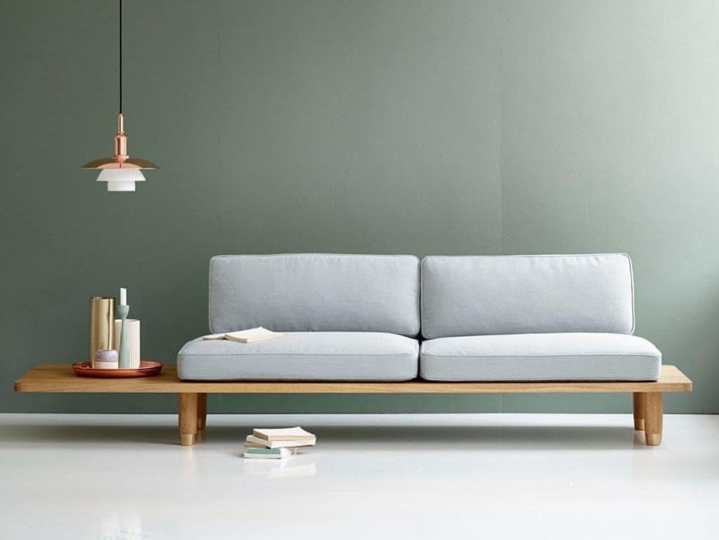 Hãy chọn một bộ ghế sofa đơn giản, nhỏ gọn và phù hợp với diện tích căn hộ sẽ giúp không gian trở nên rộng rãi hơn