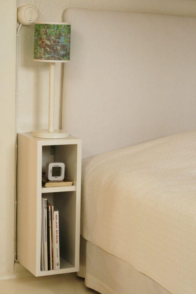 Tủ đầu giường giúp tôn thêm phần hiện đại trong thiết kế căn hộ tối giản đồng thời giúp bạn chứa được nhiêu đồ hơn