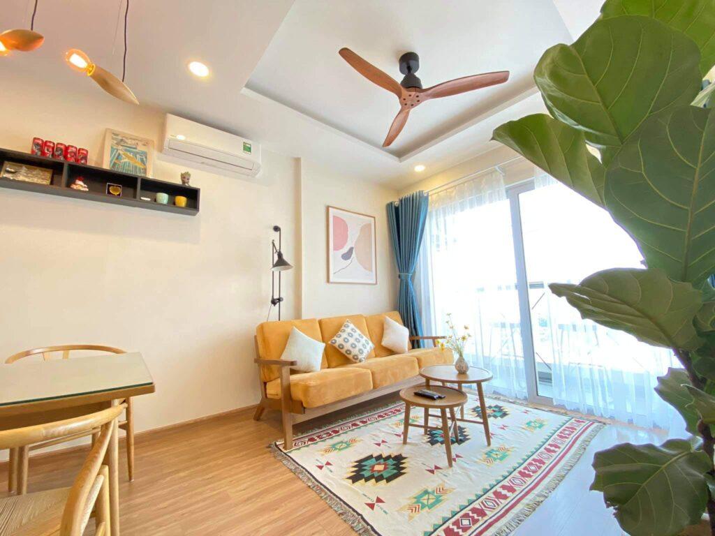 Các cửa kiếng lớn sẽ mang ánh sáng tự nhiên vào phòng khách căn chung cư