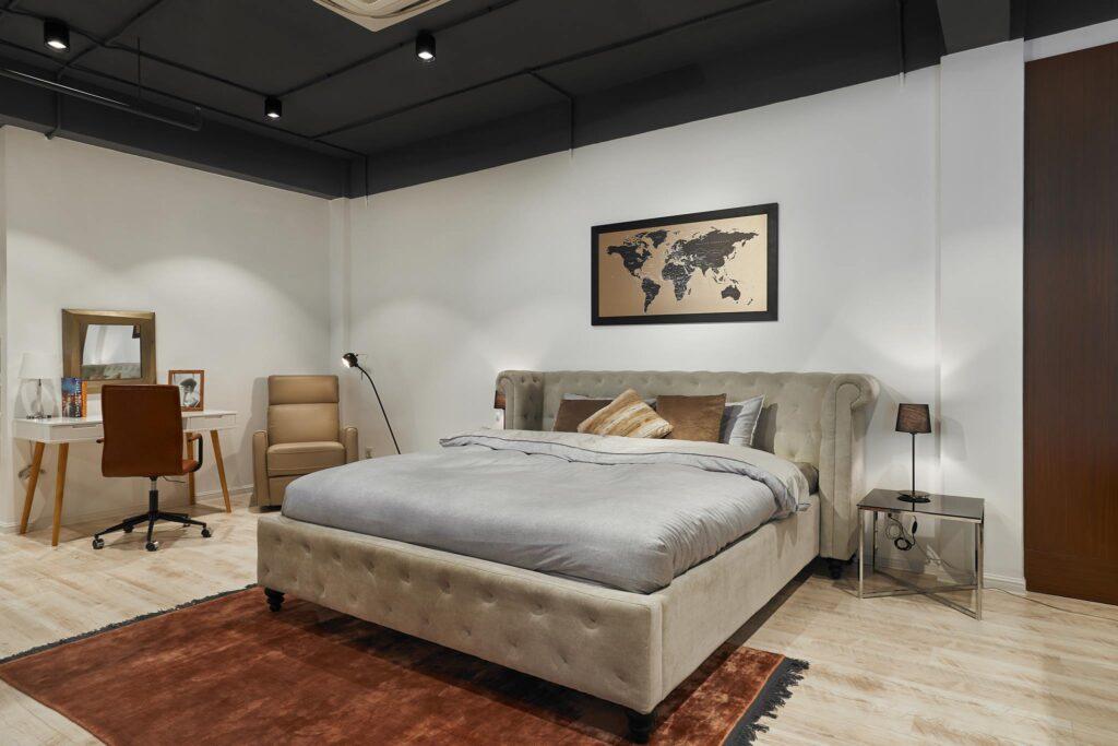 Tránh đặt giường ngủ quá sát cửa ra vào hoặc chắn ngang cửa sổ sẽ làm ảnh hưởng xấu đến phong thủy căn phòng ngủ