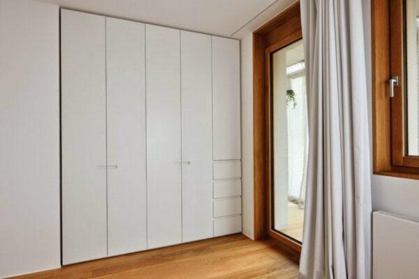 Tủ âm tường làm từ gỗ công nghiệp chắc chắn và có sức bền cao