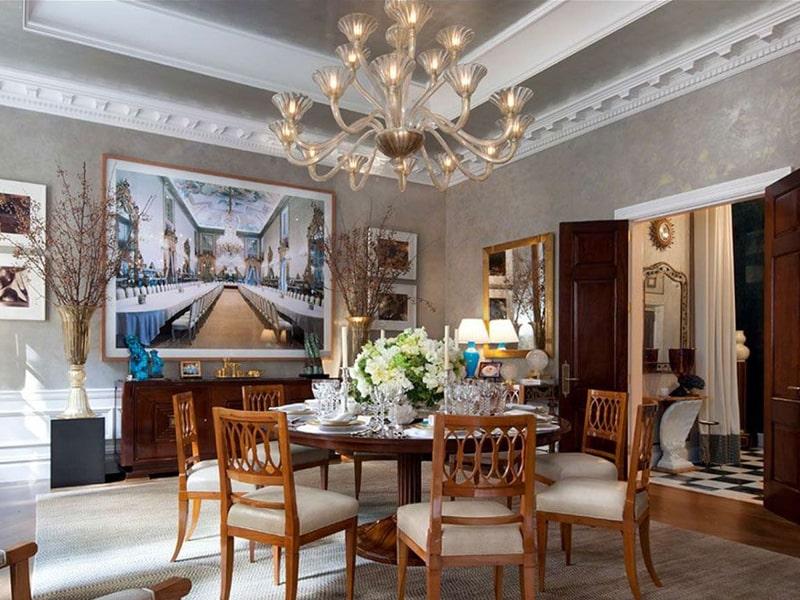 Phong cách thiết kế cổ điển là gì? Những bức họa cổ điển được bày trí đẹp mắt trong căn phòng. Ảnh sưu tầm