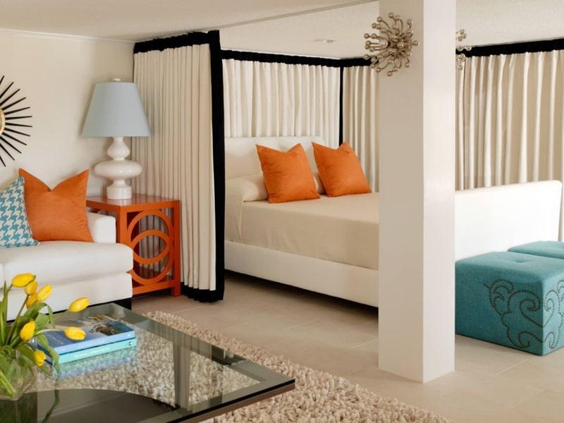 Dùng rèm cửa thay vì dùng tường khiến cho căn phòng trở nên rộng rãi hơn