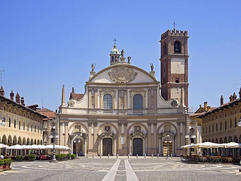 Piazza Ducale được thiết kế bởi Donato Bramante.