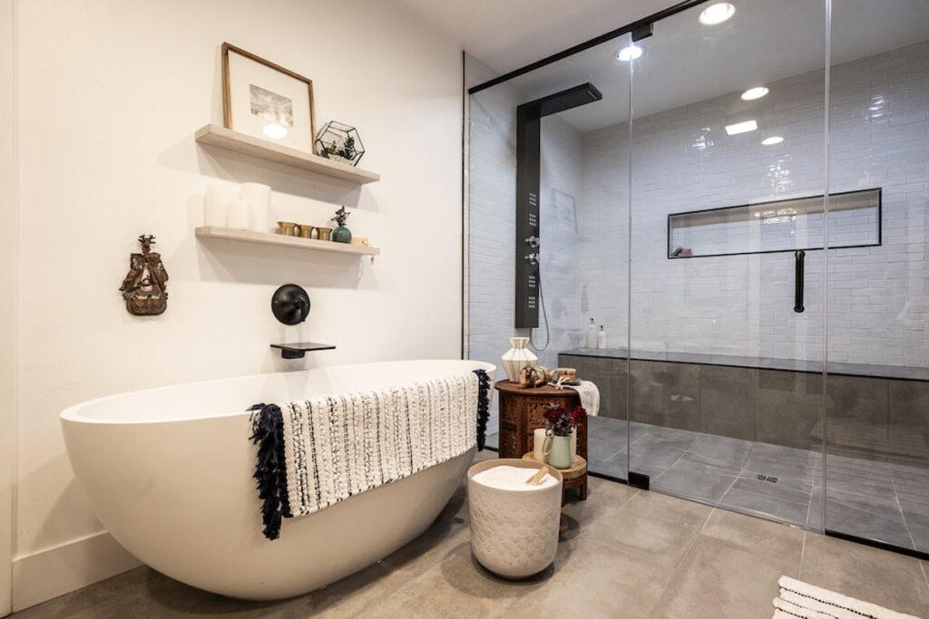 Phòng tắm tinh tế với đầy đủ đồ nội thất (Ảnh sưu tầm)