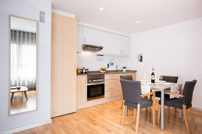 Mẫu thiết kế nội thất phòng bếp căn hộ 55m2 1 phòng ngủ cho gia đình trẻ. Ảnh sưu tầm.