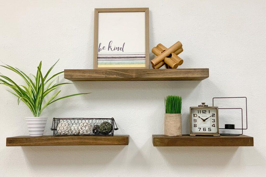 Kệ gỗ sồi là vật trang trí quen thuộc trong nhiều căn hộ. (Ảnh sưu tầm)