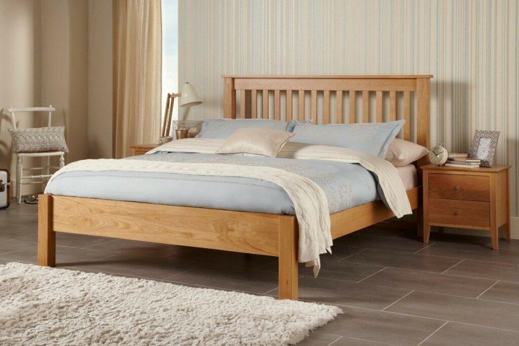 Giường gỗ sồi chắc chắn và có hương thơm tự nhiên dịu nhẹ. (Ảnh sưu tầm)