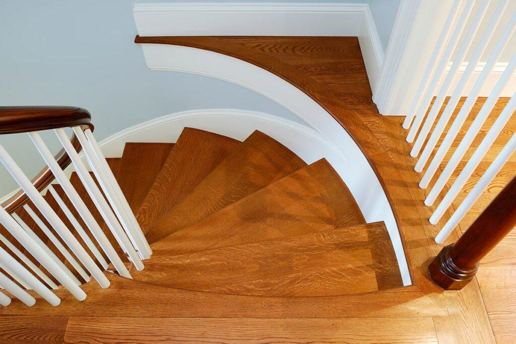 Cầu thang gỗ sồi với những đường vân gỗ tinh tế. (Ảnh sưu tầm)