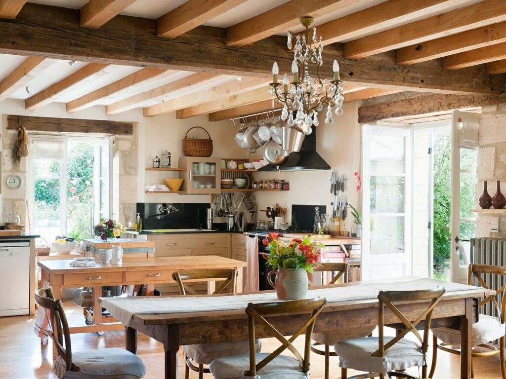 Phòng bếp sử dụng tủ bếp lớn và bàn ăn đặt ở giữa không gian. Ảnh sưu tầm