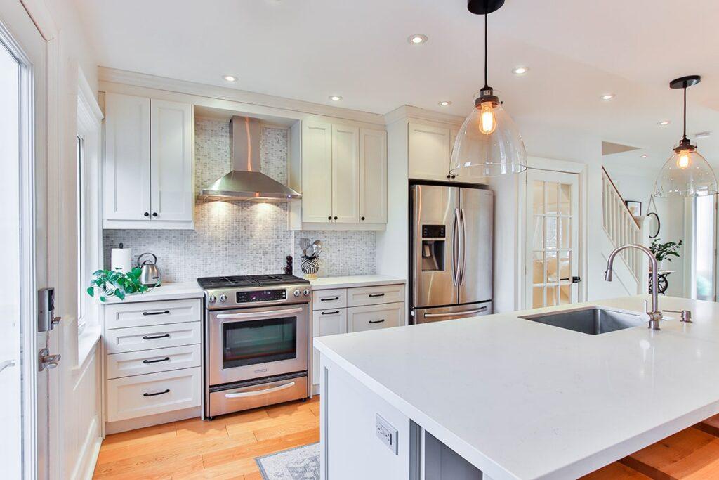 Đặt tủ lạnh ở bên trái hoặc bên phải bếp sẽ giúp cuộc sống gia đình hòa thuận, vui vẻ