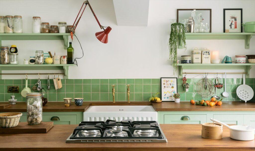 Gia chủ nên dựa vào bản mệnh để chọn màu sơn phòng bếp là màu bản mệnh, màu tương sinh và tránh những màu tương khắc