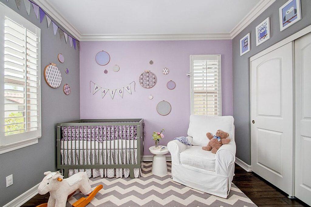 Phòng ngủ cho em bé mệnh Hỏa với gam màu tím nhẹ nhàng