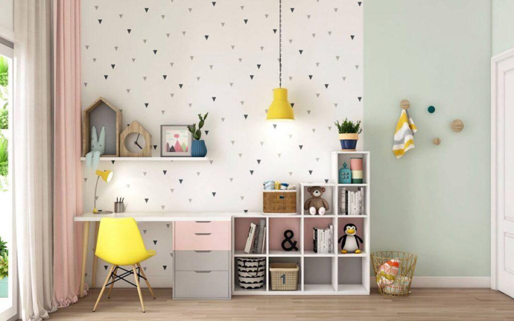 Phòng học xinh xắn với dán tường tông màu trắng kết hợp cùng họa tiết đơn giản