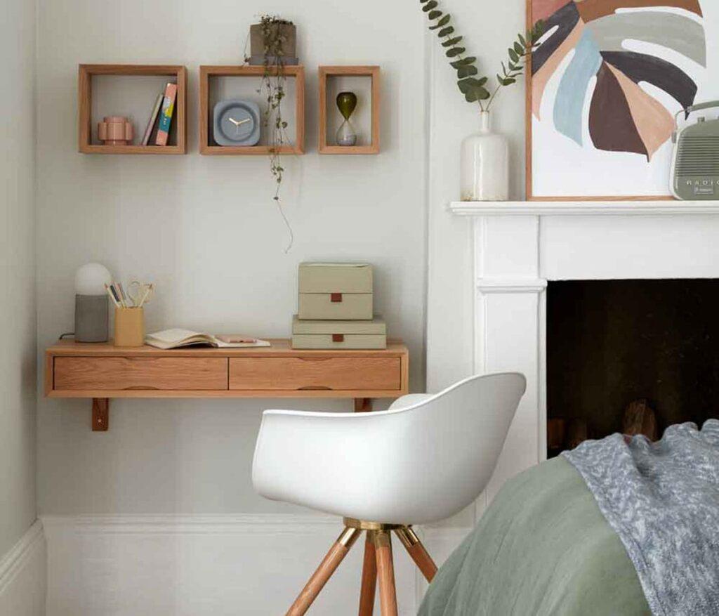 Một chiếc bàn học với thiết kế độc đáo hay những bức tranh có họa tiết ấn tượng cũng khiến không gian thêm sinh động