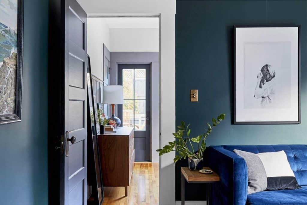 Trong phong thủy phòng khách cần tránh bố trí cửa trước và cửa sau thẳng hàng.