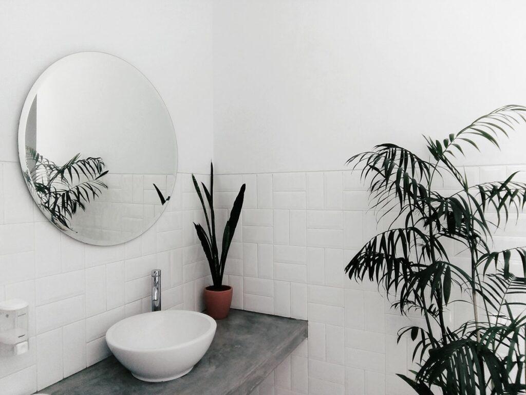 Vị trí đặt gương và bồn rửa tay sẽ tác động đến phong thủy phòng vệ sinh, phòng tắm tốt hay không