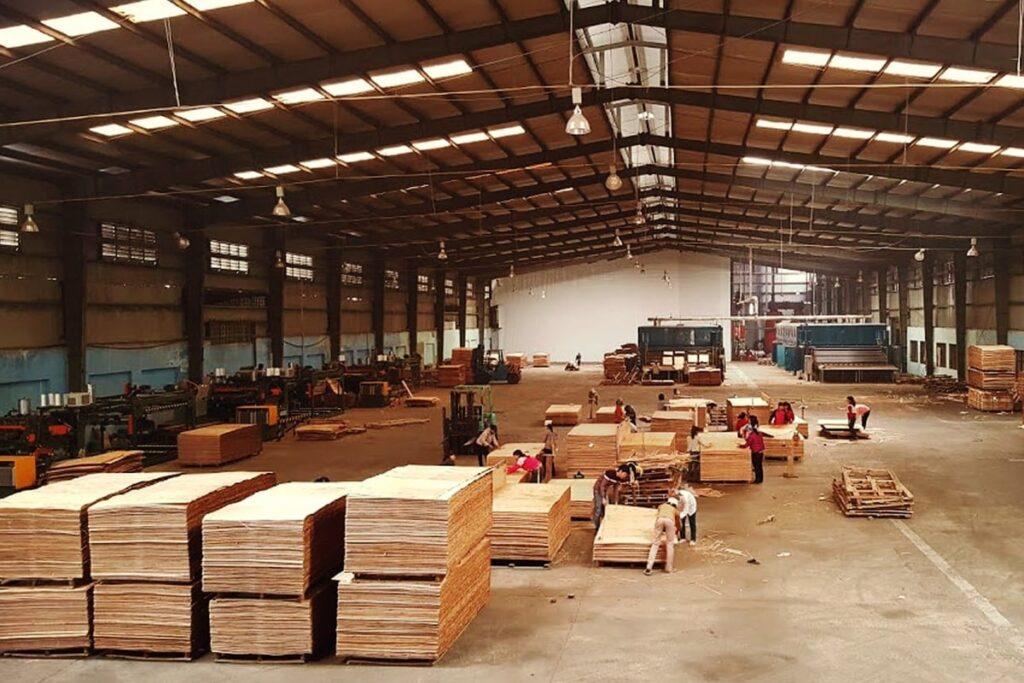 Quy trình sản xuất gỗ ván ép được diễn ra nghiêm ngặt. (Ảnh sưu tầm)
