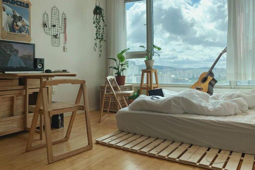 Giường bằng bằng tấm pallet đơn giản trong phòng ngủ theo phong cách Hàn Quốc. (Ảnh sưu tầm)
