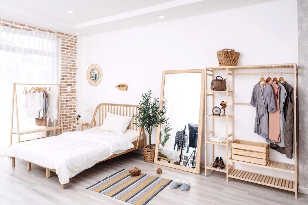 Giá treo quần áo bằng gỗ đơn giản, đa năng. (Ảnh sưu tầm)